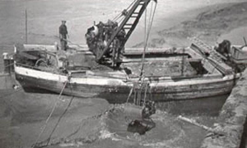 ADVANCE clearing a berth at Clarence Wharf, Bideford, circa 1953.  The crane grab can be seen still in use. Ref: 13/advance1953.gif